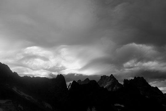 A plus de 4000 m et à 100 km/h les nuages traversent le ciel de l'Oisans... Ambiance tempétueuse dans un refuge déserté.