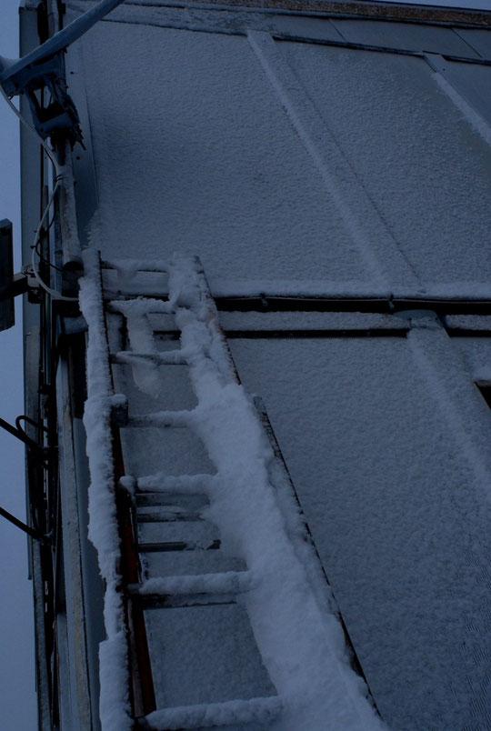 Peu de neige ce matin sur la terrasse du refuge (5cm) mais bien ventée et qui a bien collé sur les parois... du refuge (nous sommes dans le brouillard, nous ne voyons pas plus loin...!)