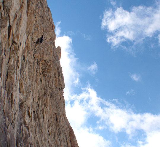 Hier dans la voie Gauci sur la Pyramde Duhamel. Du très bon rocher dans du bien raide, une belle escalade (5+) difficillement protégeable. Merci Antoine pour la photo.