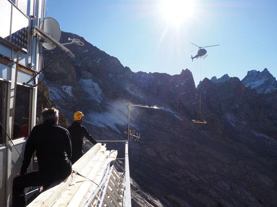 10h ce lundi matin, dans le ciel de l'Oisans, livraison du matériel pour les travaux du Promontoire. Mercià tous. Le refuge sera en état pour la saisonde ski de rando !