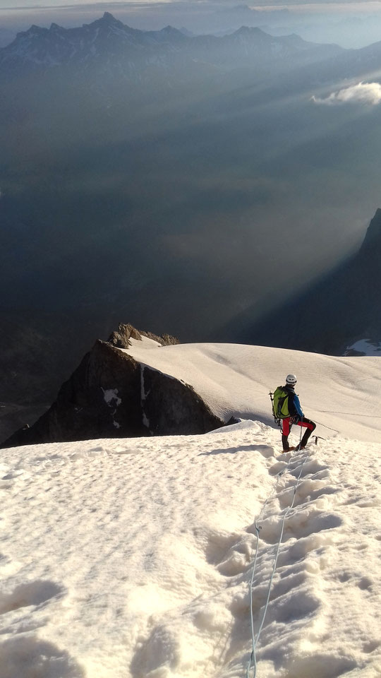 Vers 3500m avec le soleil matinal qui illumine les sommets... en montant vers l'arête Nord-Est du Râteau, au départ du Promontoire. Une très belle course d'alpinisme pas trop difficile. Et magnifique ! Photo Pauline. Merci.