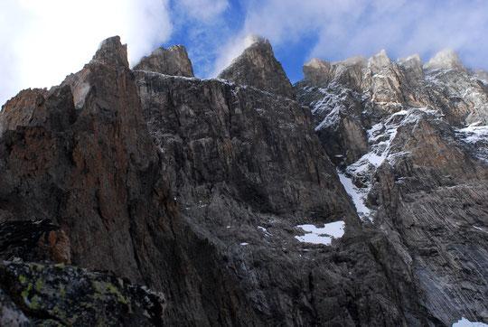 L'impressionnate face Sud et tout là haut, à près de 4000m, les Arêtes de la Meije   juste coiffées par le vent du Nord. (photo du 5 août au soir).