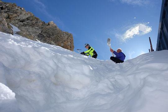 """... pour m'aider à """"faire de l'eau"""". Notre seule moyen d'avoir de l'eau pour le refuge c'est la neige que l'on met sur le toit et que l'on récupère sous forme liquide un peu plus bas... (photos Nathalie)."""