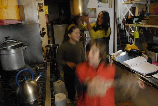 Le mauvais temps qui n'en fini plus, le froid... alors il reste la cuisine du Promontoire pour chanter, danser et se tenir chaud.