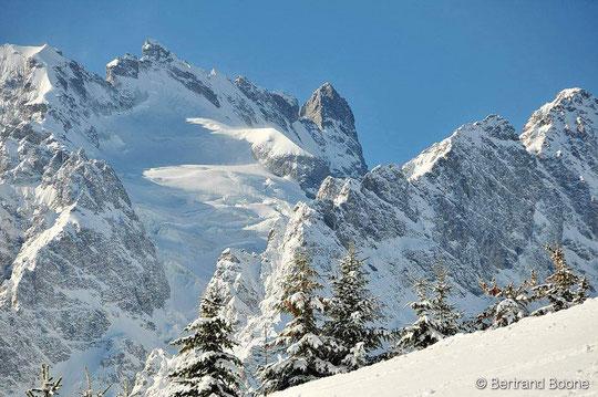 Ce lundi, la Meije, magnifique ! Et le glacier de l'Homme, imposant, sous le Doigt de Dieu et de la Meije Orientale... Photo Bertrand Boone lundi 7 novembre 2016. Merci !