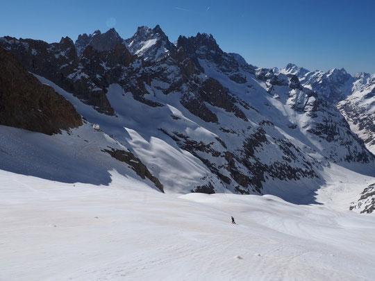 Hier matin, petite sortie à skis pour l'équipe du refuge... les conditions sont bonnes et l'ambiance haute montagne toujours aussi fantastique ! Sur la photo, Luc notre stagiaire qui a prévu de redescendre en ville demain....