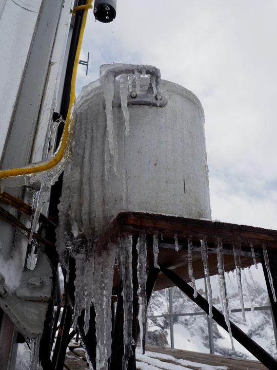 1er mai, la journée...  des stalactites au Promontoire (le muguet est en retard par ici). Notre seul approvionnement en eau (la fonte de la neige du toit) est momentanement interrompu.... en attendant la remontée du thermomètre !