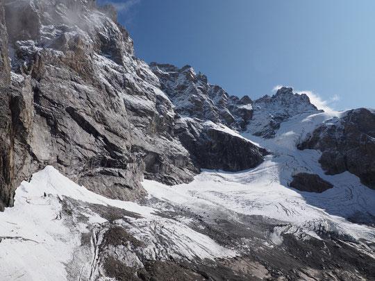 C'est avec un pincement au coeur, qu'hier j'ai revu ces superbes montagnes... nous devons rester en bas, le refuge est fermé ! Mais au printemps le Promontoire sera en état pour retrouver le ski alpinisme dans ce monde merveilleux...