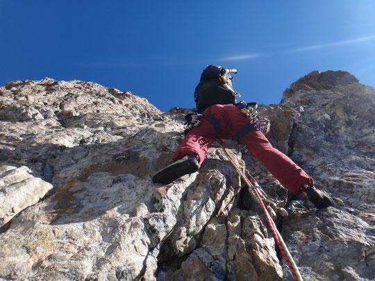 """Hier fin de matinée, la cordée de la """"Pierre Allain"""" monte sous le Grand Pic, 800m de grimpe bien engagée jusqu'à près de 4000 m !(photo Hugues et Numa)."""