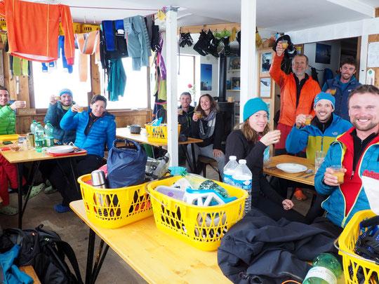 Ca fait plaisir (à tout le monde), le premier apéro de la saison avec une dizaine de skieurs de rando ! Ce matin ils sont tous bien partis vers le Tour de la Meije ou le Col du Pavé...  Bonne journée d'altitude à toutes et tous ! Photo Anouchka, merci.