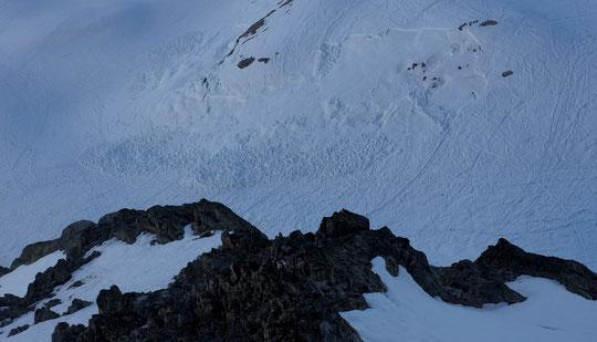 Manteau neigeux bien compliqué cette année : cette petite plaque, sous le refuge et sans gravité, est partie seule ce mercredi à 12h30 (chaud) après plusieurs cycles fort de regel/dégel (3000m en Est) et après le passage de plusieurs centaines de skieurs.