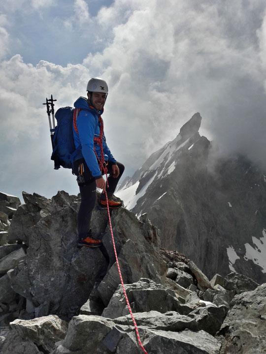 Depuis samedi (avec cette photo prise au sommet du Grand Pic) il n' y a plus personne sur la Meije. La neige annoncée pour cet après midi va prolonger la période de solitude...  Photo Lechevalier. Merci !