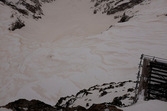 Hier après midi, la très forte tempête de sud a déposé beaucoup de sable du Sahara sur nos montagnes... ! Cette nuit une petite neige blanche l'a partiellement recouvert.