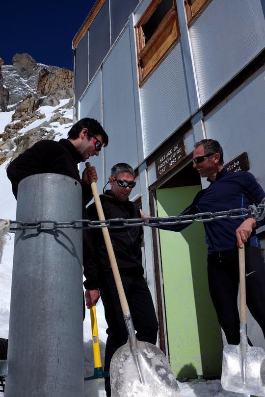 Après les chutes de neige de mercredi ils ont préféré par sécurité rester une nuit de plus au refuge pour  basculer vers le Tour de la Meije. Du coup ils ont fait travailler pelles et pioche. Merci au club montagne de l'IGN et du CNES de Toulouse.