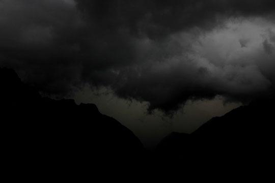 Hier en soirée, il faisait encore bien jour, mais l'orage a fortement obscurci le ciel et les montagnes de l'Oisans... !
