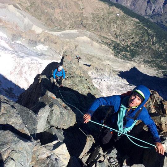 Deux mille mètres au dessus des Vallons de la Meije, deux cordées avec guides arrivent au sommet du Grand Pic de la Meije...  un énorme moment ! Merci Benjamin (guide) pour la photo.