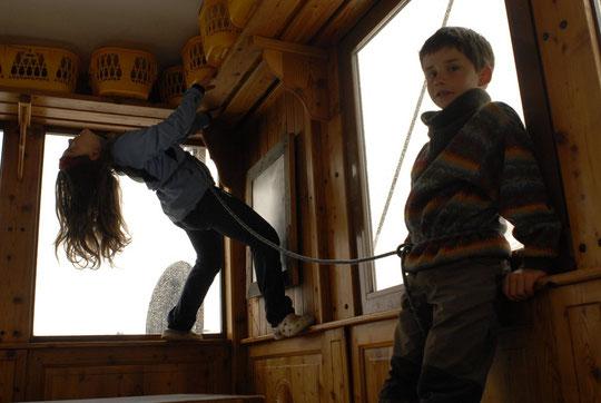 """Quand il fait mauvais, on """"grimpe"""" en salle, en crocs et... encordé à l'ancienne."""