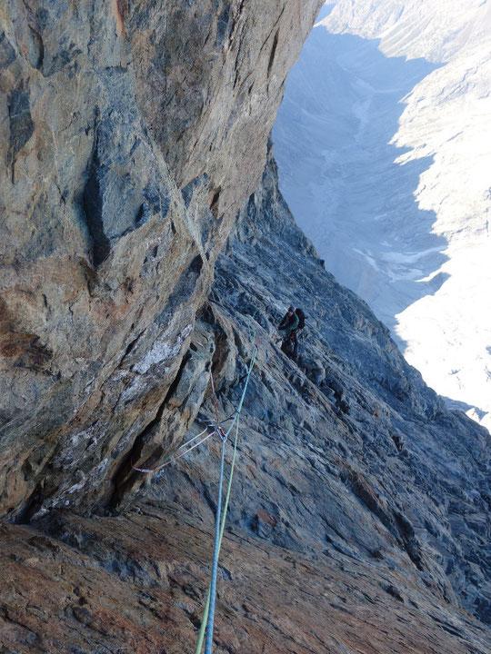 """En bas, le Vallon des Etançons on aperçoit à peine le début de la moraine qui monte vers le Promontoire. Vers 3900m, en versant ouest au dessus du glacier Carré, la cordée est à l'approche du passage du """"Cheval Rouge"""". Merci à Robin Bonnet pour la photo !"""