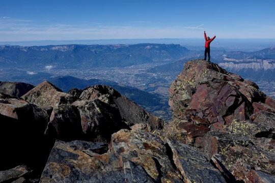 Depuis le sommet de la Grande Lance à 2800m, Nathalie fait signe au près de 500 000 personnes qui vivent au coeur des montagnes de l'agglomération Grenobloise !
