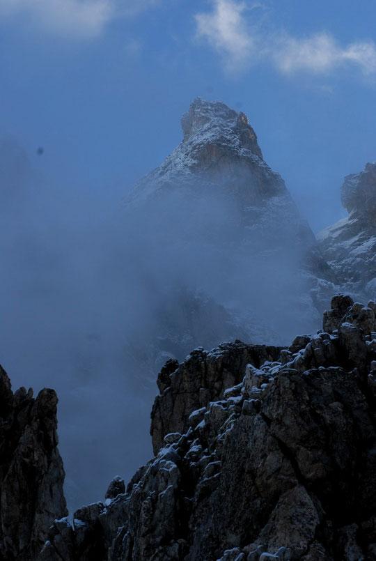 A 7h ce matin depuis la terrasse du refuge: le Grand Pic de la Meije (3983m) émmerge des nuages, avec un bon coup de blanc !