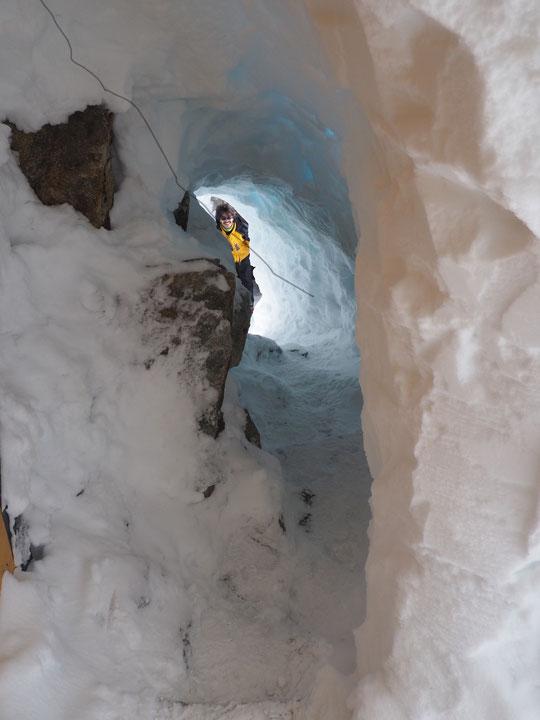 """Situé entre la Grave et  la Bérarde à 3100m, un nouveau tunnel de 11 mètres vient d'être percé (intégralement à la pelle) pour relier les toilettes du Promontoire et le refuge ! Merci à tous """"les pelleteurs"""" !"""