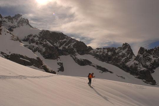 Ce mardi 7 mai matin, la neige était tellement bonne à skier que nous avons fait deux fois la descente de la brèche de la Meije au bas de la moraine....