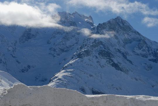 Hier depuis le Lautaret, les glaciers du Lautaret et de l'Homme, bien enneigés. La tête des Corridors fume au soleil sous les Arêtes de la Meije ! (cliquez les photos !).