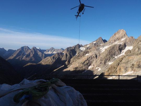 8h30, sur la DZ du Promontoire. La dernière charge va redescendre dans la vallée.  Merci à Gilles le pilote. Je vais prendre le chemin de la Bérarde avec un superbe soleil sur nos montagnes.