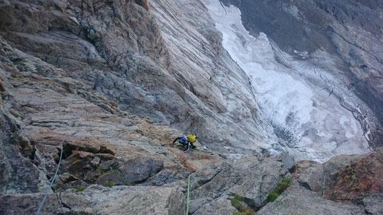 """Dans la face Sud du grand Pic de la Meije, la """"Pierre Allain"""" 900m de grimpe soutenue  avec beaucoup d'ambiance... Photo Ben Paris. Merci !"""