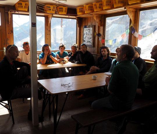 Après midi studieuse hier au Promontoire ! Douze accompagnateurs en Montagne, en formation à l'Afrat d'Autrans, sont montés jusu'au refuge pour échanger avec les gardiens du refuge sur les métiers et les enjeux de la montagne aujourd'hui. Merci à vous  !