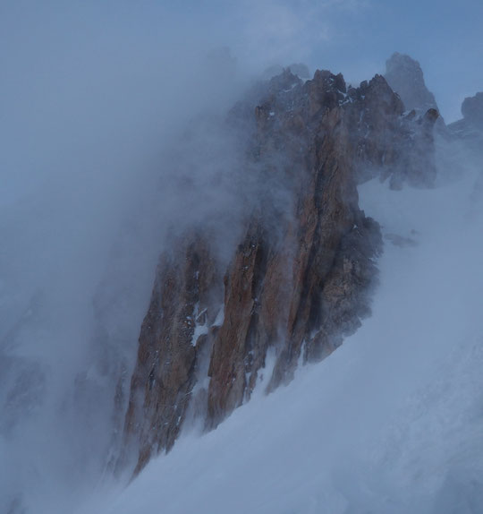 Difficile de faire des photos du vent... Ici la neige est propulsée vers le haut des parois de la Meije. A des vitesses proches des 100km/h. Il n'est pas simple de tenir debout pour faire les photos (et il fait froid...).