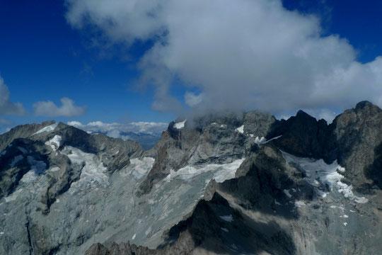 """Hier avec sa voile, il a décollé de son refuge, il a survolé le Glacier Carré avant de retourner """"chez lui"""" au refuge Adèle Planchard. Merci à Aurélien pour cette chouette photo: le Râteau, la Meije ennuagée et son glacier Carré, le Pavé et le Gaspard."""