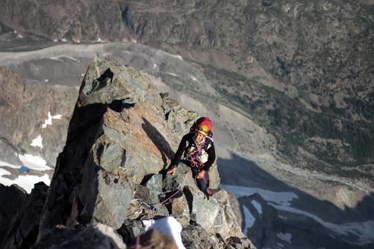 Ce dimanche 14 juillet juste avant 9h, une cordée engagée dans la Traversée de la Meije débouche au dessus du Cheval Rouge à quelques mètres du sommet du Grand Pic. (Photo de la cordée Manu Dad et Damien Piat)