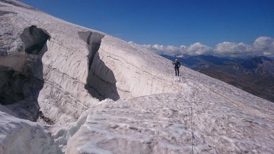 En versant nord les crevasses sont bien ouvertes. Ici dans la montée vers la bréche de la Meije et le Promontoire. Il faudra plus d'une chute de neige ré-alimenter les glaciers !!! Merci à la cordée Emilie et Ben pour cette photo prise le 22 août.