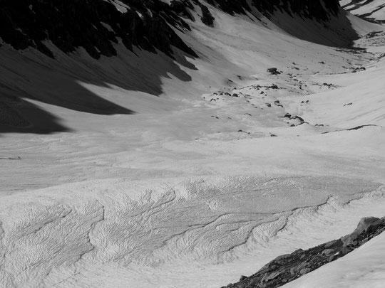 Sous 2800m le manteau neigeux a été bien sculpté par les orages des jours précédents. Puis le regel nocturne a figé ces traces de ruissellements. J'ai pris cette photo hier matin depuis la moraine. Ces étonnantes sculptures se situent vers 2500m.