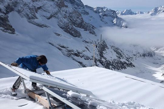 Il faisait beau, c'était hier matin... notre fils Yoska est monté sur le toit du refuge pour denneiger les panneaux solaires.