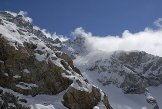 Depuis la terrasse du refuge, le col du Pavé à 3554m. Bel itinéraire à skis qui nécessite de bonnes conditions et... de l'expérience.