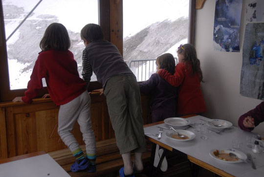 """Après l'orage hier soir, les enfants du Promontoire """"surveillent"""" l'arrivée d'une cordée..."""
