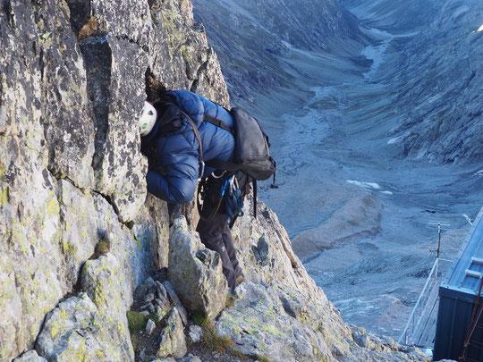 Hier matin, un géologue lors du travail d'évaluation des risques de chutes de blocs au dessus du refuge. Merci à vous !