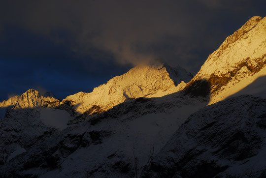 Sous un ciel encore bien sombre après une nuit bien tourmentée, de petits rayons de soleil très matinaux ont illuminé  quelques instants les sommets  d'après tempête... C'était hier lundi matin alors que nous préparions l'héliportage  de descente ...