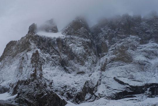 Première neige automnale sur le refuge et la face Sud de la Meije.