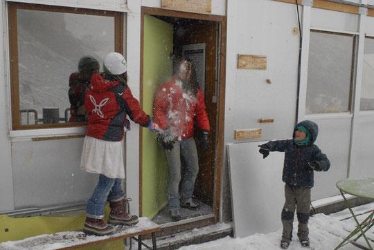 11h, il fait toujours moins 3°. Première bataille de boules de neige : 1 à 0 pour les enfants !