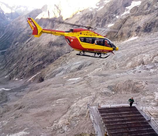 Ce matin entre 7h et 8h, opération de secours pour évacuer une alpiniste légérement blessée à la tête. Merci à l'équipage de la Sécurité Civile Grenoble et aux secouristes du Pghm pour ce treuillage en pleine paroi. Merci et bon rétablissement au bléssée