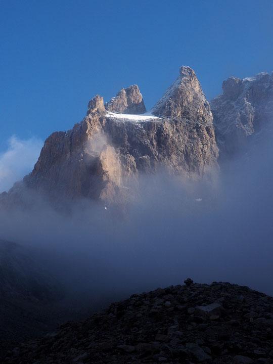 """Lors de ma dernière remontée le 7 septembre. Le soleil du matin avait """"allumé le refuge"""" derrière le brouillard léger. (voir ci-dessus le lien vers l'émission radio)."""