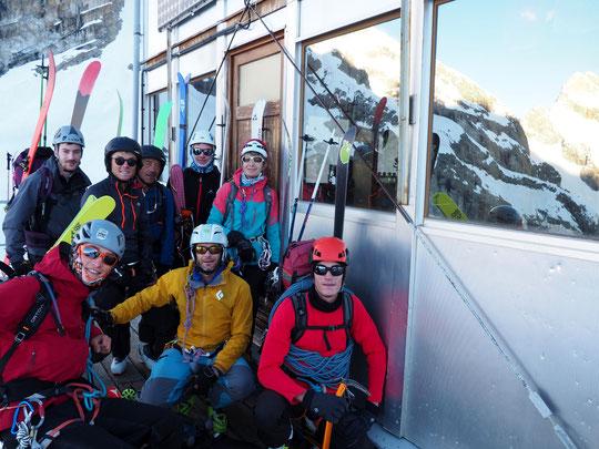 Hier matin au départ du Promontoire, une équipe jeune du CAF de Gap  qui va s'engager sur le Tour de la Meije. Ce matin ils sont à l'Aigle et devrait monter vers le sommet de la Meije Orientale .  Bon voyage  !