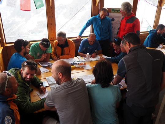 """Le refuge était bien studieux hier après mid. Nous accueillons pour deux jours une séquence formation de la FFCAM pour les encadrants  """"Terrain Montagne"""". Bienvenue et bon travail en altitude !"""