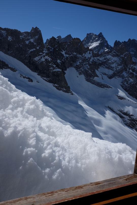 Belle et grande vue par la (petite) fenêtre du (petit) dortoir des gardiens. Nous allons terminer demain la saison de ski avec encore bien de la neige (en altitude ).  Photo prise hier 6 mai.