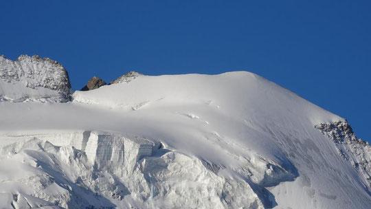 Malgré le vent la neige d'hier soir a plutôt bien collé. Merci à Jeff et Joce, nos collègues du refuge des Ecrins pour cette photo du Dôme des Ecrins ce dimanche matin. Bonne journée !
