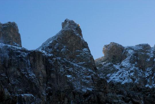 7h ce matin, les tous premiers rayons de soleil sur le sommet du Grand Pic de la Meije  à 3983m. (Un petit clic pour voir plus de détails)..