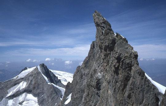 """Le Doigt de Dieu (3973m) et sa face sud bien """"gazeuse"""" : une cordée italienne est sortie hier au sommet par la sortie """"Chaud"""" (voir ci dessus). Photo Chapoutot."""